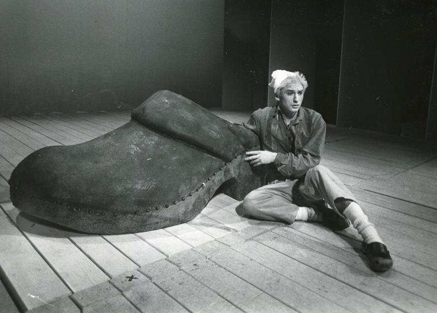 Anders på scenen, invid en stor träsko, i Nils Holgerssons resa