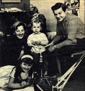 Familjen Ekborg i början av 60-talet. Anders på trehjuling i mitten.