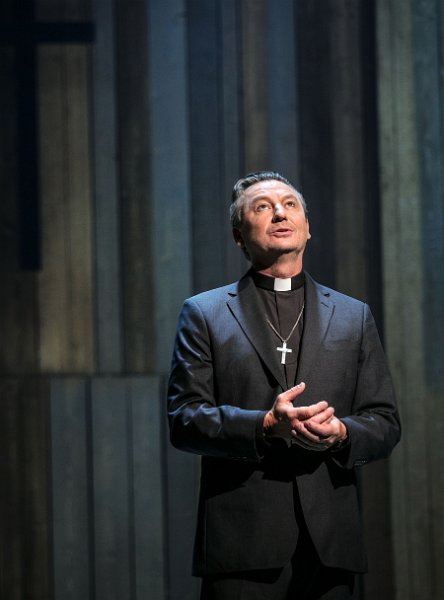 Anders Ekborg i rollen som prästen Stig i Så som i himmelen